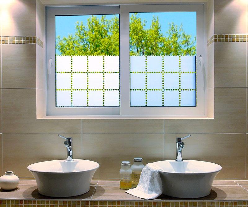 Film adh sif effet verre sabl adheglass teinter for Parure de fenetre pour salle de bain